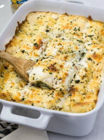 Λαζάνια με λαχανικά, μελιτζάνες και κολοκυθάκια, με μπεσαμέλ και τυριά. Μια συνταγή για ένα πιάτο όπου η τυρένια γεύση του με τη μπεσαμέλ θα δελεάσει να το
