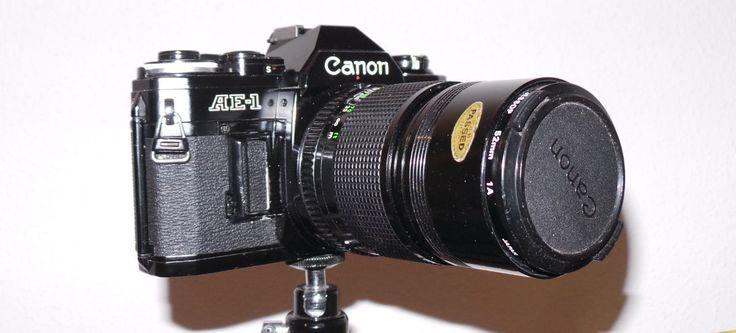 """Entre las """"vacas sagradas"""" de las cámaras fotográficas, la Canon AE-1 figura entre por mérito propio. Por ejemplo, fue la primera en usar un sistema de micro procesadores. Su fabricación se extendió desde 1976 hasta 1984, nada menos. A lo …"""