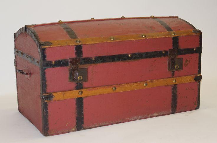 Een oude deels roodgeschilderde houten hutkoffer met ijzer beslag, h. 48 x b. 87 x 45 cm.