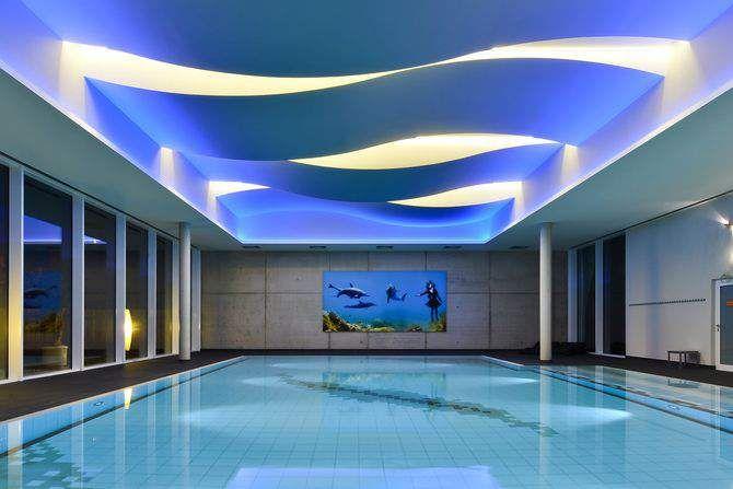 Gra kształtów i światła na basenie pływackim Wykorzystanie giętych płyt Fermacell Powerpanel H2O  http://www.ekspertbudowlany.pl/artykul/id3287,gra-ksztaltow-i-swiatla-na-basenie-plywackimwykorzystanie-gietych-plyt-fermacell-powerpanel-h2o  #basen #baseny #fermacell #płyty_fermacell #powerpanel_H2O #budowa #architecture #architektura #architekturawnętrz