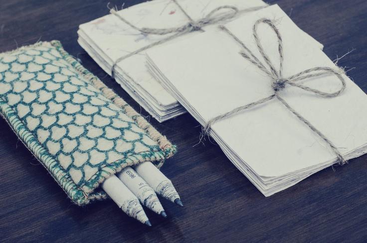 Lápices grises o de colores, hechos con papeles de diario reutilizados. Anotadores de papel reciclado hecho a mano. (Obra Inspiración Sustentable)