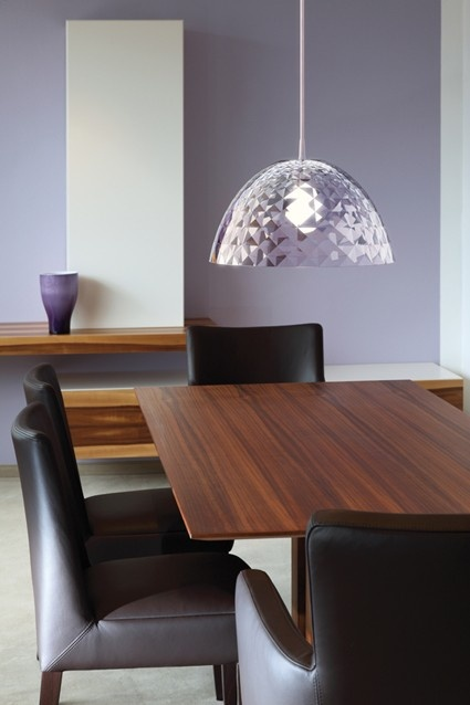 Nowoczesna i elegancka lampa Stella niemieckiej marki Koziol. Produkt został wykonany z tworzywa sztucznego. Produkt doskonale prezentuje się w nowoczesnych wnętrzach.