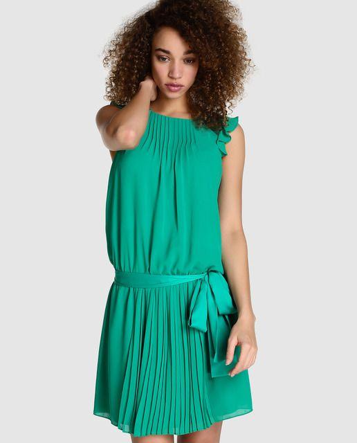 Vestido corto de fiesta en color verde menta. Tiene plisado en la falda, lazo en la cintura, manga corta con volantes, escote redondo y abertura en la espalda.
