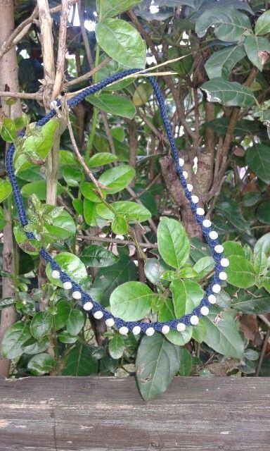 Elegante girocollo uncinetto e perle in cotone blu.