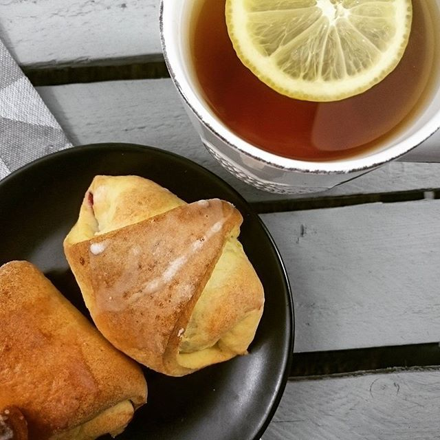 Smaczny prezent od @joa1983kr  ____________________________________  #food #foodporn #love #dessert #yummy #delicious #eat #homemade #friends #vscocam #eating #crescentrolls #rogaliki #prezent #gifts #smacznego #jemy #pyszne #concretus #tea #herbata #relax #chill  #smaczne