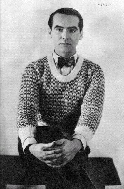 Este es un foto de Federico Garcia Lorca.En general, Lorca era una persona muy singular. Era misterioso, pero él amaba a la gente y amaba a su país.