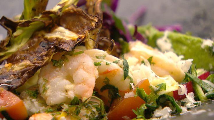 Frisk fettuccine med panerede rejer og salat