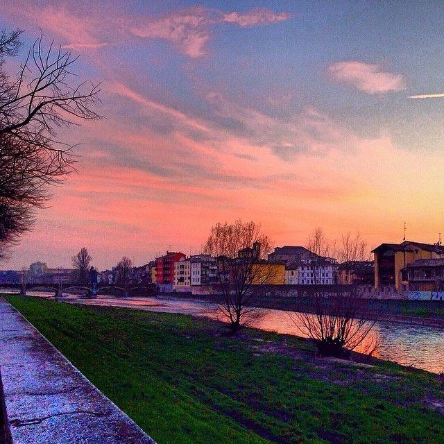 Tramonto rosa sul Lungoparma, Parma - Instagram by filippo_corsini