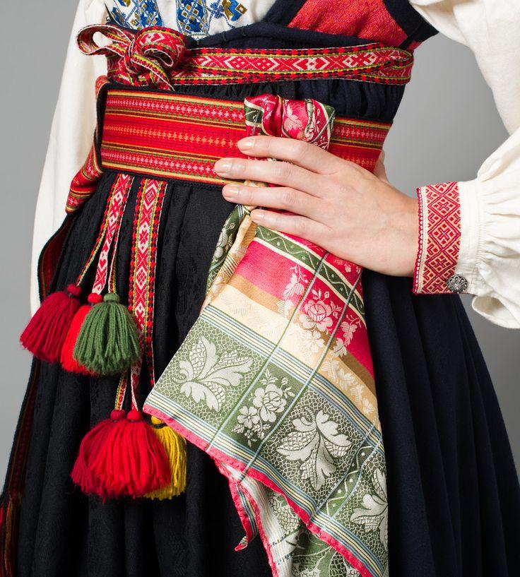Belte og tørkle til Gammel Raudtrøyebunad fra Øst-Telemark, modell fra Porsgrunn