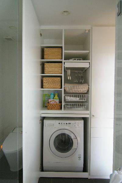 自邸の洗面室は嫁さんの意見が多く取り入れられてます。 その一番はこの洗濯機周り。 無印良品のドラム式洗濯機を中心に、家事をしやすいように考え尽くしました。 また、お風呂からあがった際にすぐに下着に着替えられるように工夫されています。 洗濯物を干す前の仮置きや畳む動作まで考えて家具を作っ