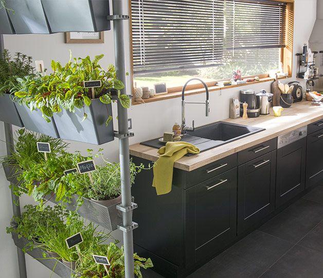 Un véritable jardin suspendu d'aromates au coeur de la cuisine !  http://www.castorama.fr/store/pages/zoom-sur-nature-interieur-cloison.html