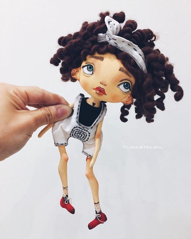 У меня есть большие куклы- девочки, маленькие пупсы , длинноногие красотки, брошки, брелки, а это мультяшки , давно их так хотела назвать ☺, кстати, вариант с простой водой, для кудряшек, оказался самым удачным всем огромное спасибо за подсказки  а кудряха продаётся , описание как у предыдущей куколки , только волосики ( шерсть для валяния ) Стоимость 5000+ почта ( оплата в течении двух дней)❗️продана❗️ #art #doll #handmade #craft #кудри #брюнетка #мультики #девочки #дочки #дочкимат...