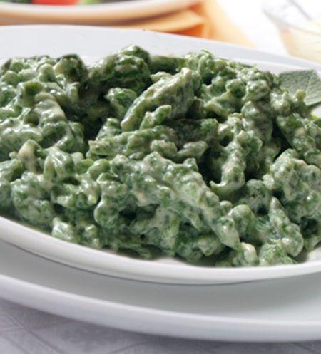 Ricetta vegetariana - Spätzle agli spinaci. In Gnocchi. Ingredienti: 125 g di farina . 50 ml di acqua . 80 g di spinaci lessati . sale. un pizzico di noce moscata. 1 uovo. . grattugia per gli Spätzle