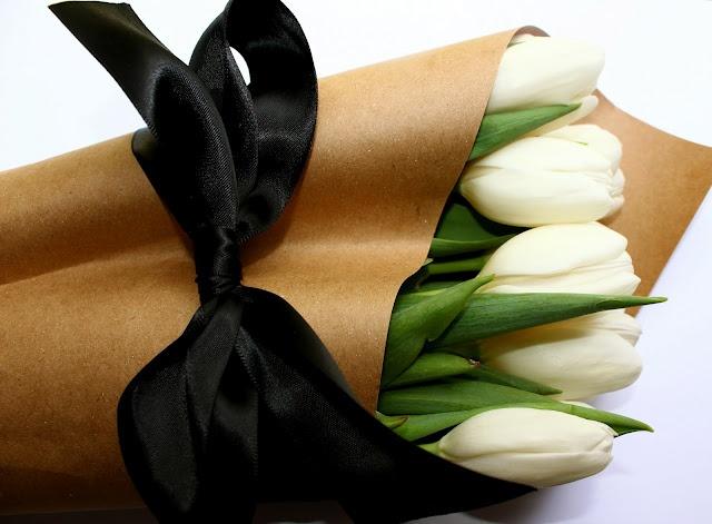 Butcher Paper + Black Satin Bow: White Flower, Brown Paper, White Rose, Kraft Paper, Black Bows, Fresh Flower, Black Ribbons, Hostess Gifts, White Tulip