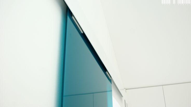 Colored glass fits perfectly into minimalist, bright interiors. Just like the house in Długołęka, where our Terno sliding system was used. | Kolorowe szkło doskonale pasuje do minimalistycznych, jasnych wnętrz. Tak jak w domu w Długołece, w którym wykorzystano nasz system przesuwny Terno. / Glass fittings: CDA Poland | Okucia do szkła:  CDA Polska