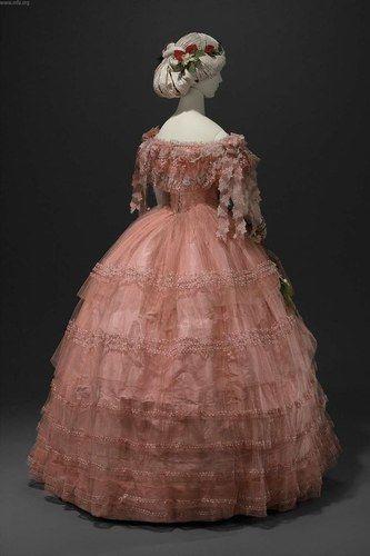 1858 - très belle robe de bal - On voit le travail des découpes de tulle brodées qui pendent sur les mancherons. Victoria et Elizabeth