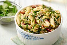 Eentje die ondertussen ook al een tijdje zijn intrede heeft gedaan, is pastasalade. Je kan de pasta warm serveren, maar het is eigenlijk nog veel lekkerder als de pasta koud is. Ideale restjesverwerking ook!