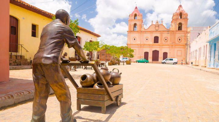Een bronzen beeld op het mooie plein Plaza del Carmen