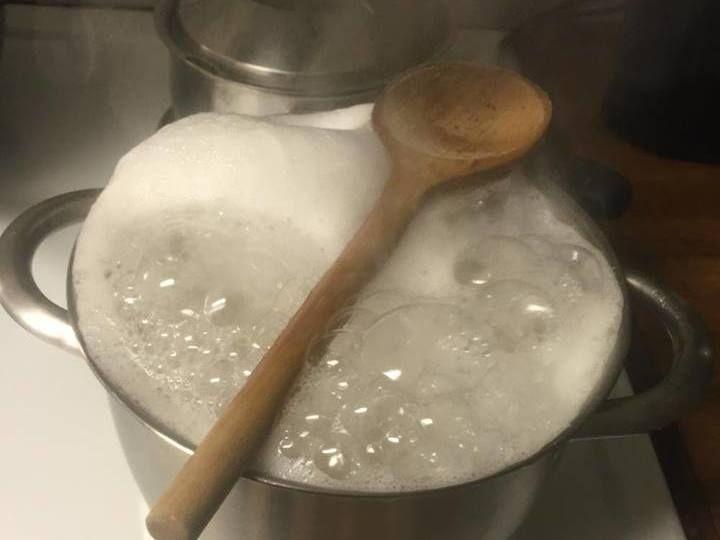 Magiskt trick som gör att det inte kokar över. Lägg en träslev över kastrullen. // Magic trick that prevents it from pouring over the pot edge. Put a wooden spoon  over the pan. Translate from Swedish.