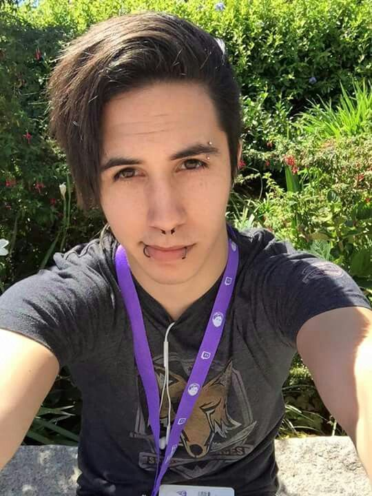 Day 2: Your Favorite Male YouTuber) Hmm.. I have many favorites but EntoanThePack has to be one of my favorites. He's so funny and hilarious and I find my personality revolve mostly around him? Idk he's just one of my favorite male youtubers.