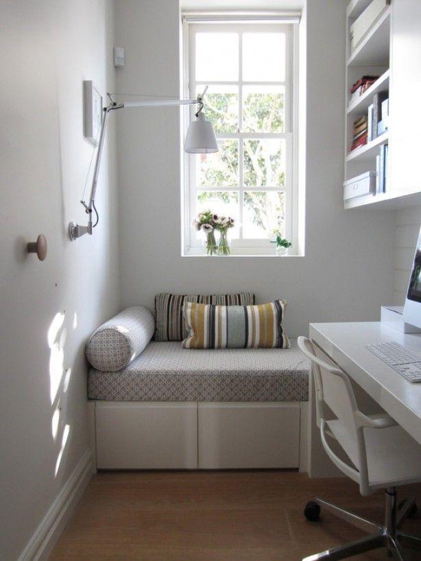 Kleine ruimte met zithoek en bureau