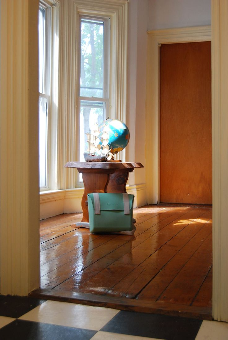 From our testimonial in Boston – episode 10: the bag, a globe and a bow window in a Cambridge wooden house