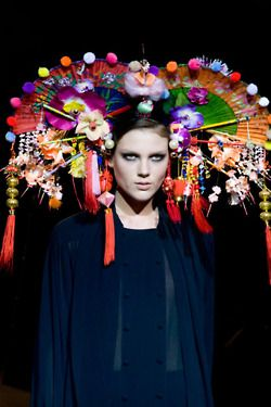 now thats the way to accessorise with a fan , eclectic fashion headress Stephen Jones | Http://fifiqin.com