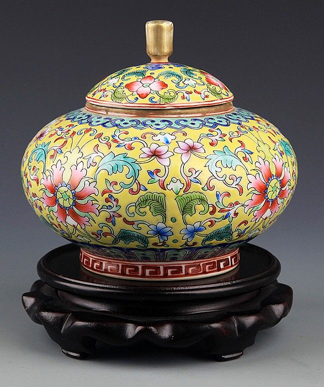 a-yellow-ground-flower-porcelain-jar-with-cover-Probably Qing Dynasty, H:5.25 inch Condition Report: Da Qing Qian Long Nian Zhi Mark