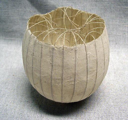 sculpture japonaise : Kay Sekimachi, 1985, bol en papier, blanc, lignes, 1980s