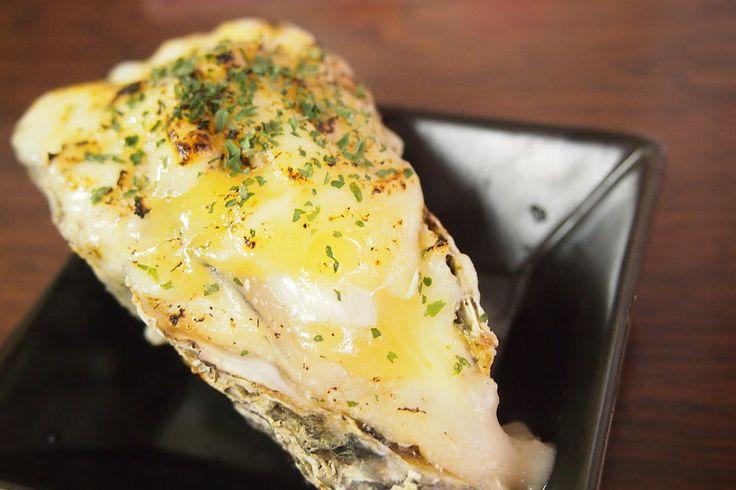 アツアツ濃厚チーズに覆われた宮島牡蠣グラタンが自慢
