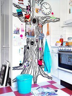 En natt drömde jag om hur bra det vore med en vägg som kunde fungera som ett jättelikt kylskåp, fullt med magneter och roliga kort och scheman och teckningar. Och tänk om det fanns krokar till att hänga köksredskap på, och en stor klocka? En kreativ anslagstavla där man aldrig saknar utrymme!