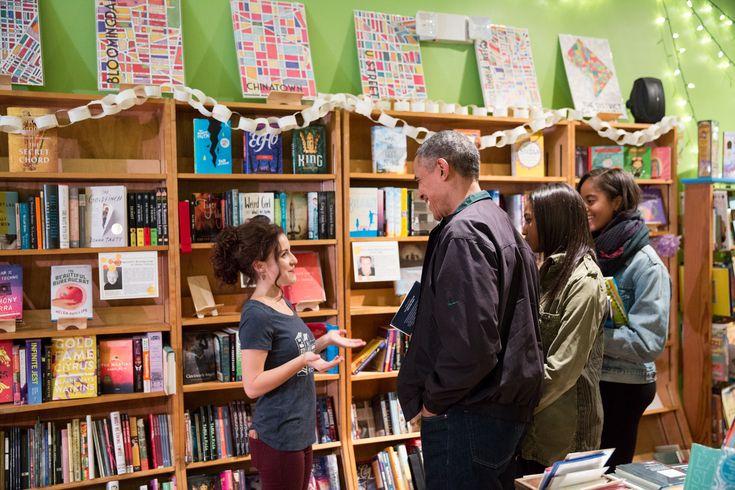 El presidente Barack Obama, con sus hijas Malia y Sasha, compras de libros en Upshur Street Books en Washington, DC, el sábado por la pequeña empresa, 28 de noviembre de 2015. (oficial de la Casa Blanca por Pete Souza Foto)