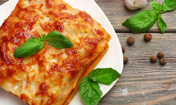 A lasanha é uma receita tipicamente italiana, feita com carne e molho de tomate sobre camadas de folhas de lasanha e molho bechamel.