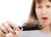 Il ya beaucoup de facteurs qui causent la perte de cheveux ou de calvitie, certains dentre eux étant génétique, comme le stress, les maladies ou d
