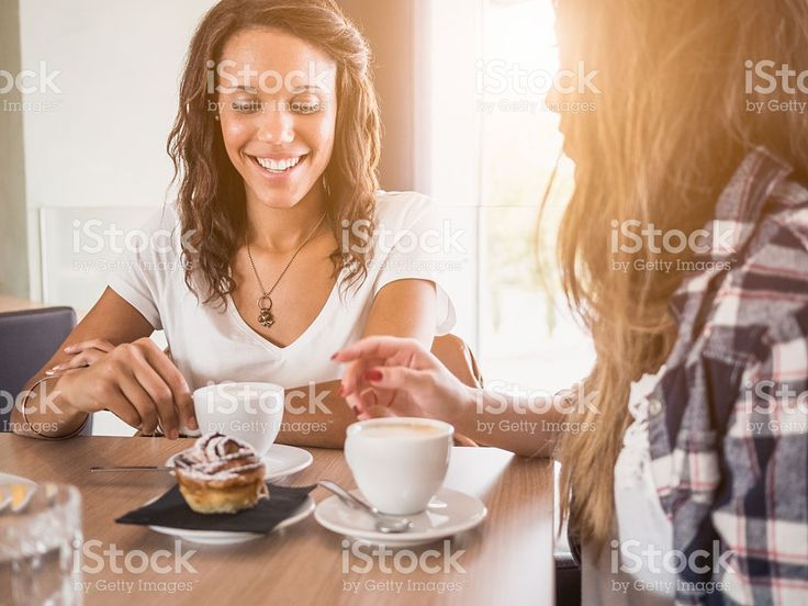 Due donne di amici al bar foto stock royalty-free