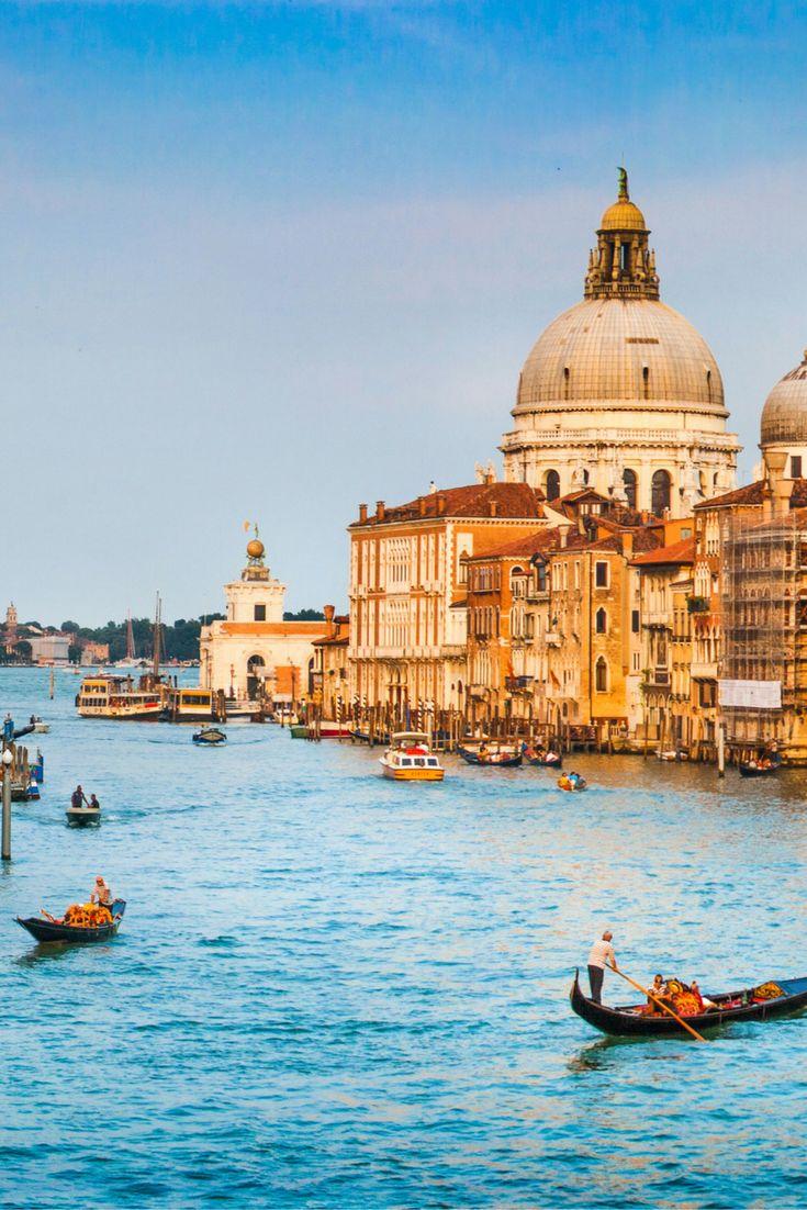 Venetië, wat is dat een prachtstad! Ga met je geliefde een romantische tocht met een gondel maken, eet lekker Italiaanse pizza's en shop till you drop ❤ Je vliegt erheen voor een prikkie! https://ticketspy.nl/vlucht/lets-go-venice-retourtickets-eindhoven-venetie-va-e19/