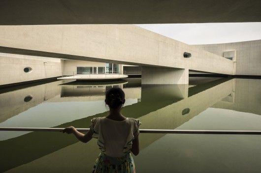 Reflecting:: © Fernando Guerra | FG+SG / New Alvaro Siza project in China.