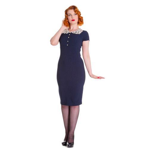 Super leuke vintage jurk. Afgewerkt met schattig kanten kraagje. Met vier parel imitatie knopen aan de voorkant. Onzichtbare rits aan de achterkant.   Ook beschikbaar in rood en navy