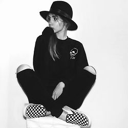 Cristina Musacchio - Vans Shoes, Primark Jeans, Lackofcoloraus Hat - The year is 1977