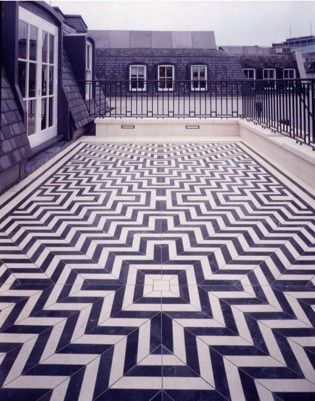 Obsessed with this navy blue and white chevron tile pattern.