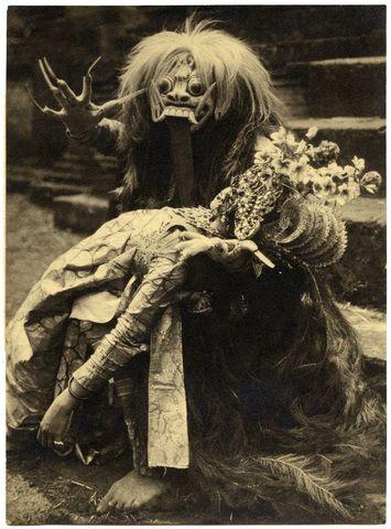 De heks Rangda met in haar armen een ''dode'' prinses, Bali, Indonesië (1928)