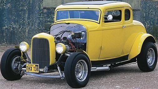 une voiture muscl e est une ford deuce coupe 1932 c 39 est une voiture de film de american. Black Bedroom Furniture Sets. Home Design Ideas