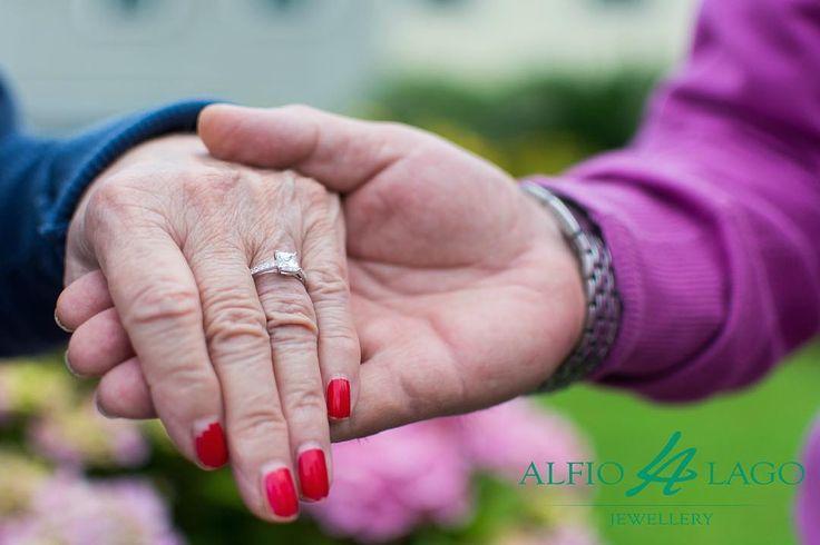 Parte la GIORNATA A TEMA firmata Alfio Lago Gioielli!!! Ogni venerdì vi racconteremo una storia attraverso due foto dai nostri prodotti, ispirandoci al tema del mese. Per giugno abbiamo scelto il tema MATRIMONIO! <3  La foto che vi proponiamo racconta che l'amore non ha tempo, non ha età e soprattutto che non è mai troppo tardi per farlo sbocciare! <3  #love #jewels #ring #wedding #fidanzamento #solitario #amore #bestoftheday #castelfrancoveneto #follow4follow #gioielli #regalo #engagement…