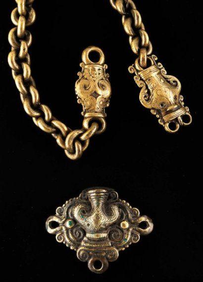 Lot constitué d'une bandoulière de sac, lourde chaîne en bronze terminée par deux pendentifs bifaces, ornés chacun d'une double tête singa, et d'une boucle de ceinturon portant trois anneaux d'attache représentant une tête de Singa avec une charge fontanelle. Début XIXe ou avant. Magnifique patine d'usage. Bronze Indonésie, Sumatra, Batak