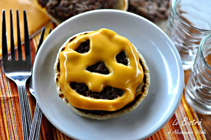 Paurosi Pancake burger, finger food per i vostri bambini. Idee salate per la festa di Halloween.