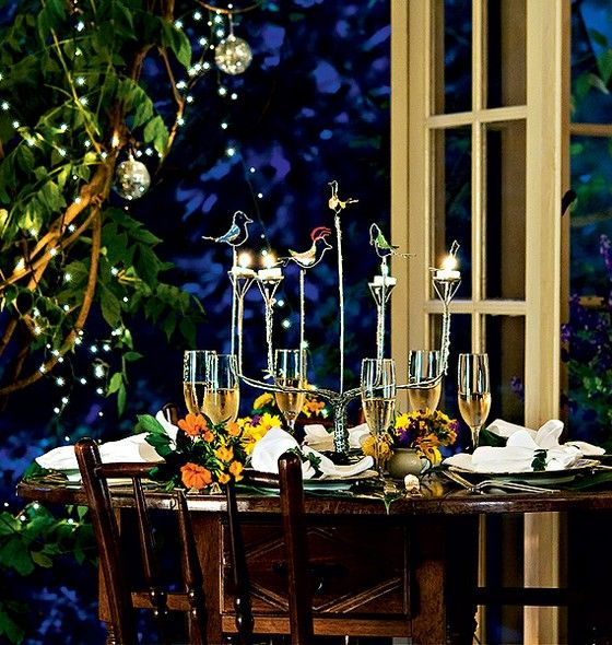 No centro da mesa, o candelabro feito com alumínio de latinhas de cerveja e refrigerante deixa a comemoração sustentável. O trabalho é do artesão Josué Ponte