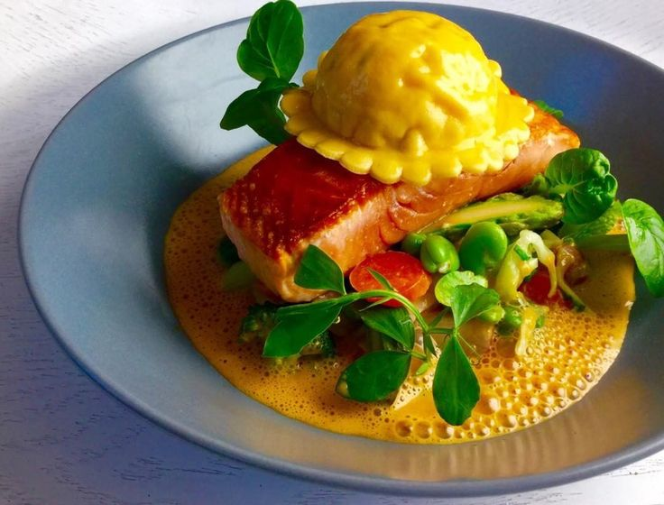118 mentions J'aime, 1 commentaires – Crumbs and Spills (@crumbsandspills) sur Instagram : «Confit, seared wild Scottish salmon, Cromer crab ravioli, spring vegetable fricasse, lobster bisque…»