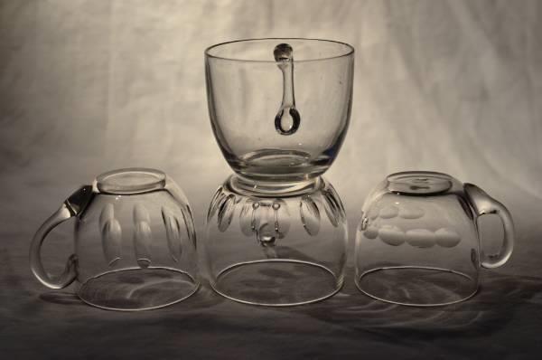 Fire gamle punsjkopper, Hadeland Glassverk? Fire gamle punsjkopper, tre av de med forskjellig olivensliping. Tre av de er antagelig fra Hadeland Glassverk, men ett mønster er ukjent. I meget god stand, selges samlet. Diameter: 5cm, Høyde: 5cm,  Vekt: 300g
