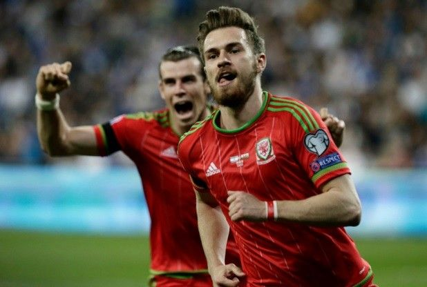 Aaron Ramsey has tweeted he is proud to speak Welsh, after receiving abuse over a tweet in the language
