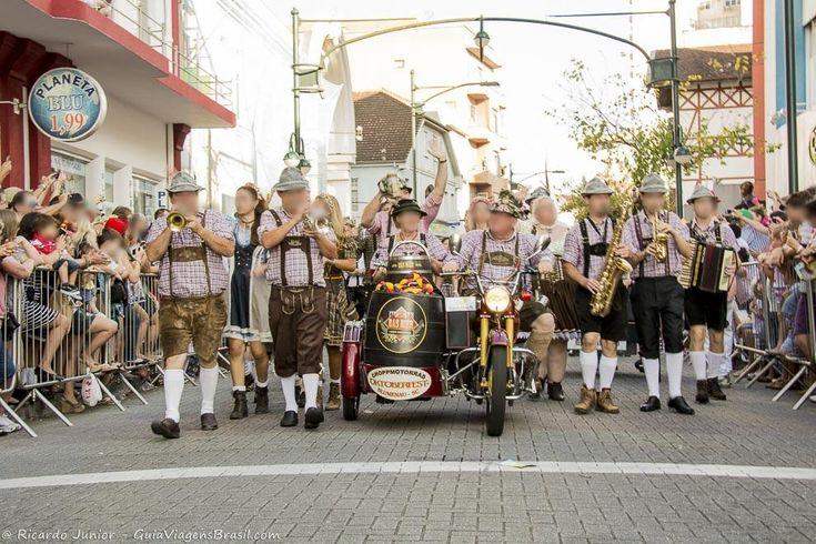 Desfile da Oktoberfest, em Blumenau, estado de Santa Catarina, Brasil.  Fotografia: Ricardo Junior / www.ricardojuniorfotografias.com.br